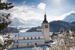 Beskåda av det kyrkliga near Gruyereslottet i vinter, Schweitz Arkivbilder