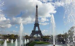 Beskåda av Eiffel står hög över springbrunnar, Paris Arkivfoto