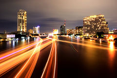 Ljusa slingor för fartyg på Chao Phraya River Royaltyfri Foto