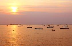 Fiskebåtar med solnedgång Arkivbild