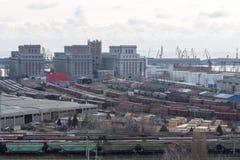 Beskåda av industriell port med fraktvagnar Arkivbild
