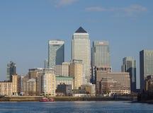 Kanariefågelhamnplats och flod Thames, London Arkivbilder
