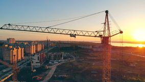 Beskåda av konstruktionsplatsen Flera kranar är på en plats som arbetar lager videofilmer