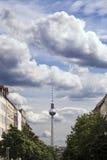 Strelitzer Strasse och den Belin televisionen står hög den Fernsehturm tysken Fotografering för Bildbyråer