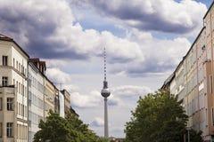 Strelitzer Strasse och den Belin televisionen står hög den Fernsehturm tysken Royaltyfri Foto
