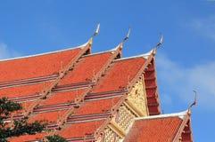 Livligt färga av tempelet taklägger mot blåttskyen Royaltyfri Bild