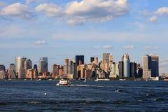 Beskåda av Manhattan från en färja Arkivfoton