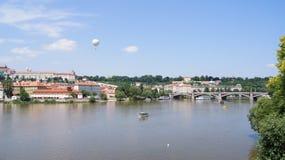 Beskåda av Prague från floden Arkivbilder