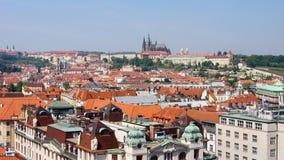 Beskåda av Prague och rockera St. Vitus Arkivfoto