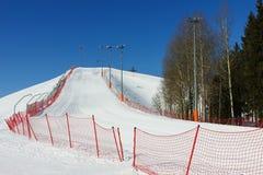 Ski sluttar på solig dag för vinter. Arkivfoto