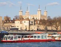 Stå hög av London och flodkryssningfartyg Fotografering för Bildbyråer