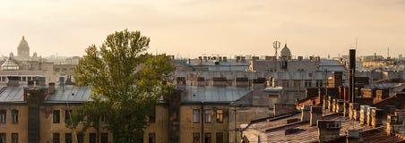 Taklägga av Sankt- Peterburg Arkivbilder