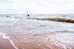 Beskåda av stormseascape brädet vindsurfar Arkivfoto