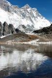Beskåda av sydligt vänder mot av lhotse och nuptse som långt avspeglar på laken på till den everest baslägret Royaltyfria Foton