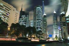 Beskåda bakgrundsnatten av byggnader för den Shanghai cityscapelandmarken Arkivbild