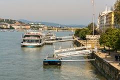 Beskåda bakifrån av två skepp för kryssning för kanalfartyg på Danube River i den Budapest Ungern Arkivbilder