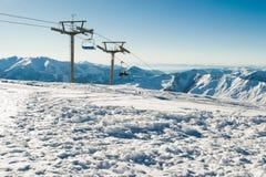 Beskåda chairliften på skidar semesterorten med bergskedja på bakgrund extrem sport aktiv ferie Fri tid loppbegrepp Kopieringsbru Royaltyfri Foto