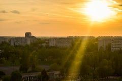 Beskåda den härliga solnedgången över den Bucharest staden från balkongen Bucharest hög sikt arkivbilder