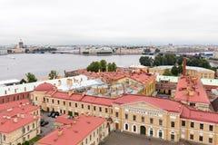 Beskåda den inre gården av den Peter och Paul fästningen och som spottas av den Vasilyevsky ön St Petersburg Arkivbild