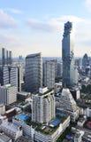 Beskåda den kommersiella moderna byggnad och andelslägenheten i stadscentrum med Mahanakorn byggnad Arkivbilder