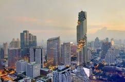 Beskåda den kommersiella moderna byggnad och andelslägenheten i stadscentrum med Mahanakorn byggnad Fotografering för Bildbyråer