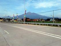 Beskåda det Merbabu och Merapi berget från den Salatiga avgiftporten royaltyfri fotografi
