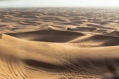 Beskåda dynsanden inom 4x4 av vägen på Dubai Royaltyfri Foto