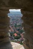 Beskåda en del av staden Deva från vallarna arkivfoton