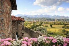 Beskåda formen insidan av den medeltida byn av Ricetto di Candelo i Piedmont som används som en fristad i tider av attack under d arkivfoto