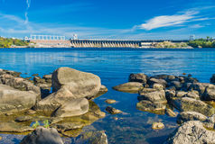 Beskåda från den Khortytsia ön till hydroelektriskt posterar på den Dnepr floden arkivfoton
