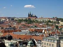 Beskåda från det gammala stadshuset i den riktningen av det Prague slottet Arkivfoton