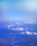 Beskåda från flygplan Moln som skins från över Royaltyfri Fotografi