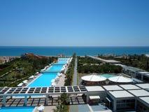 Beskåda från hotellbalkong till territoriet i Antalya på en solig dag Arkivfoton