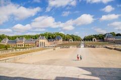 Beskåda godset av Vaux-le-Vicomte från momenten av huvudbyggnaden, Frankrike Arkivfoton