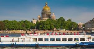 Beskåda helgonIsaacs domkyrka i St Petersburg från den Neva floden Ryssland arkivfilmer