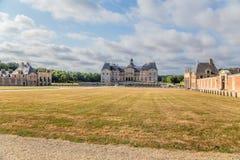 Beskåda huvudbyggnad- och hjälparebyggnaderna av godset av Vaux-le-Vicomte, Frankrike Royaltyfri Foto