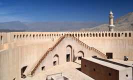 Beskåda inifrån det Nizwa fortet som förbiser berg i avståndet, Nizwa, Oman Royaltyfri Fotografi