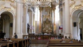 Beskåda insidan kyrkan i Prague, Tjeckien organ för domkyrkafinland helsinki interior stock video