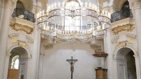 Beskåda insidan kyrkan i Prague, Tjeckien organ för domkyrkafinland helsinki interior lager videofilmer