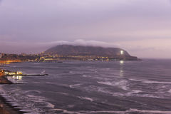 Beskåda kusten av Stillahavs- i Miraflores (Lima Peru) på skymning arkivfoton