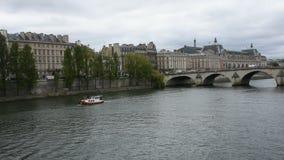Beskåda landskapet och cityscape av den gamla stadParis staden och flodstranden av Seine River arkivfilmer