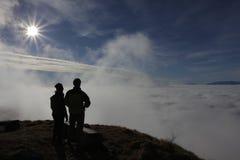 Beskåda molnen royaltyfri foto