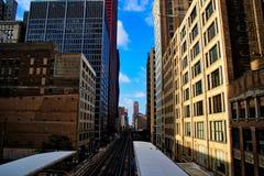 Beskåda ner Chicago höjde spåret med drev i avstånd, på stationen som lokaliseras på hörn av Adams Stre arkivfoto