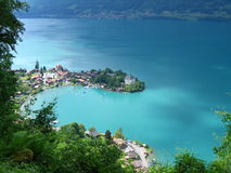 Beskåda ner på till det pittoreska schweiziska fiskeläget av Iseltwald på Brienzersee Royaltyfria Bilder