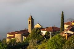 Beskåda ner till en by i tuscanyen i Italien arkivbild
