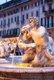 Beskåda norrut av piazzaen Navona med fontanaen del Moro Arkivfoton
