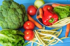 Beskåda olika typer av nya grönsaker, och friuts, det är utmärkta för vegetariska mål såväl som ingredienser som är sunda av disk Arkivfoto