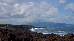 Beskåda på den Faial ön från den Pico ön seglar utmed kusten Arkivbilder