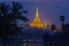 Beskåda på gryning av den Shwedagon pagodaen Arkivbilder
