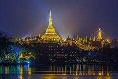 Beskåda på gryning av den Shwedagon pagodaen Arkivfoton